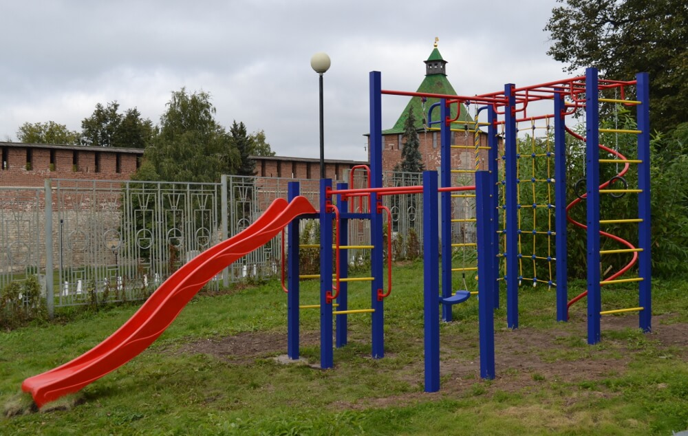 На многих игровых площадках есть детский спортивный городок.