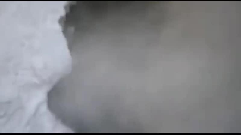 В Вуктыле у автомойки возле школы №2 забил гейзер. Работает вот уже 4 дня.
