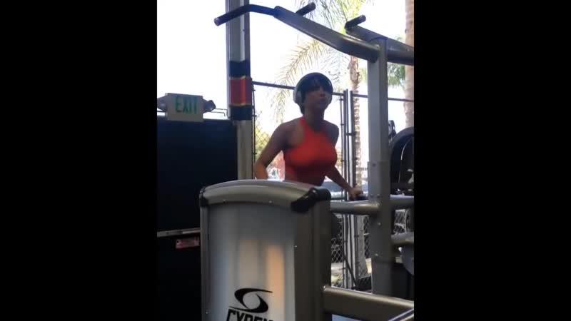筋トレ女子 フィットネスモデルAriana Jamesのトレーニング workout 風景 2