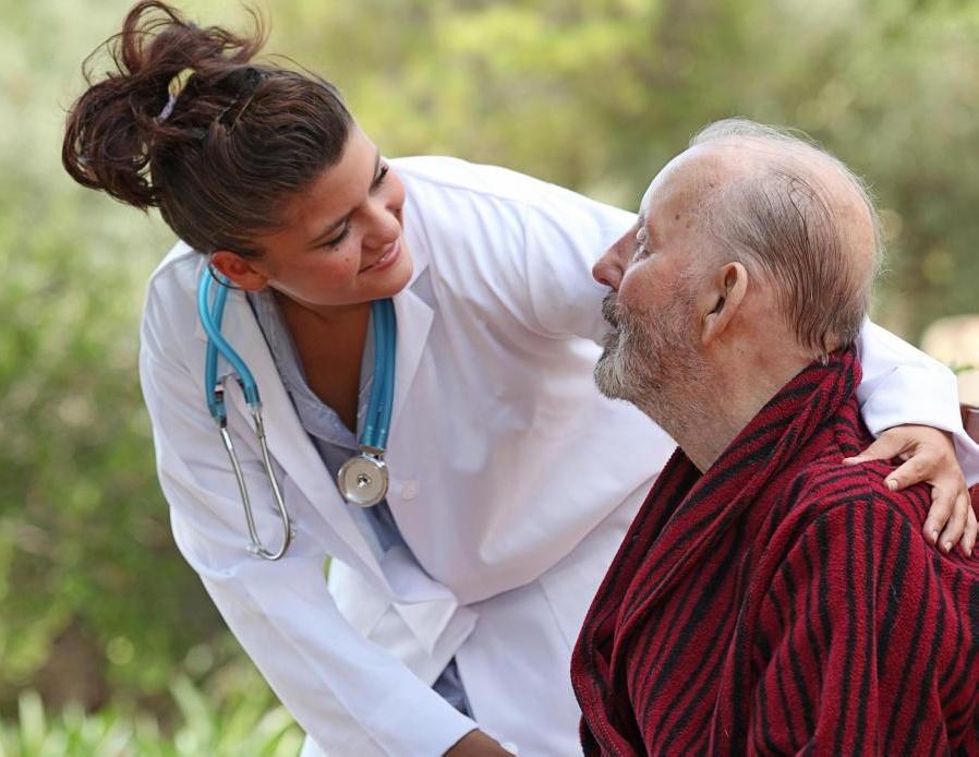 Управление медикаментозной терапией побуждает пожилых людей строить отношения со своими фармацевтами, чтобы уменьшить вероятность ошибок при приеме лекарств.