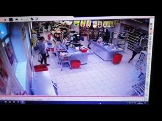 В Нижнем Тагиле двое парней украли алкоголь из Магнита