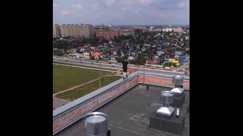 Вот такой особо одарённый экстремал был замечен на крыше дома в Тюменской слободе