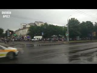 Прямо сейчас на Машерова в Бресте. Люди стоят, проезжающие машины сигналят