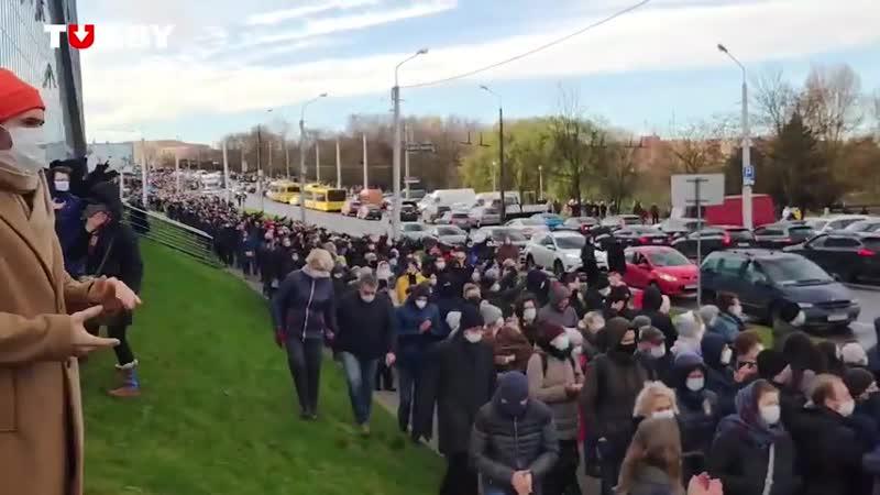 Колонна людей идет в сторону Северного кладбища на похоронах Романа