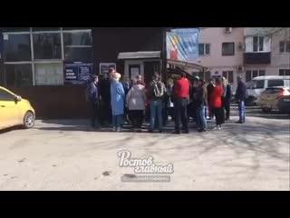 Очередь у входа в УФМС на Шолохова 278  Ростов-на-Дону Главный