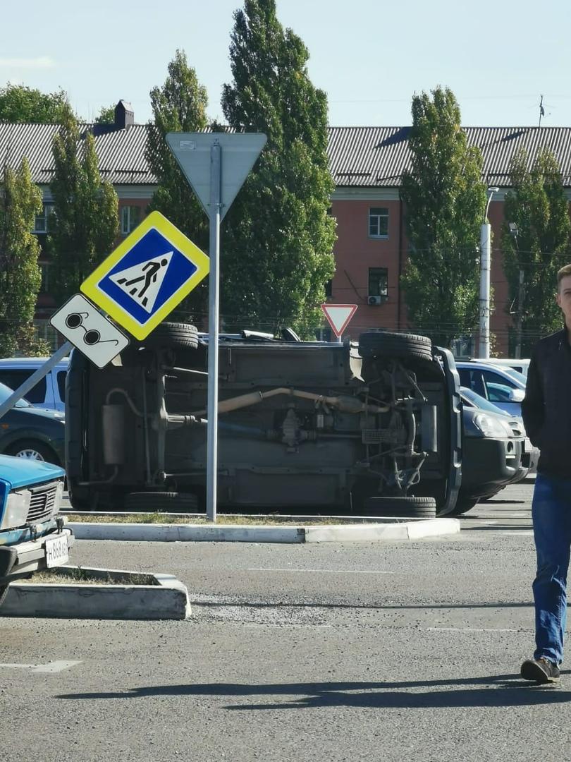 В Курске на парковке ТЦ столкнулись три машины. Одно авто перевернулось