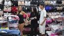Vendedora se sube la falda para poder vender
