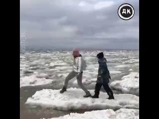В Якутии мать с детьми прыгала по льдинам | Дерзкий Квадрат