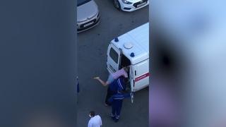 Безумная медсестра бегала с ножом и едва не погибла.