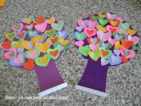 Валентинковое дерево от Елены Зябловой Выбираем 2 листа картона потолще. Обводим на каждом листе выбранный шаблон дерева и вырезаем.Вырезаем из картона полянку-подставку.Вырезаем из цветной