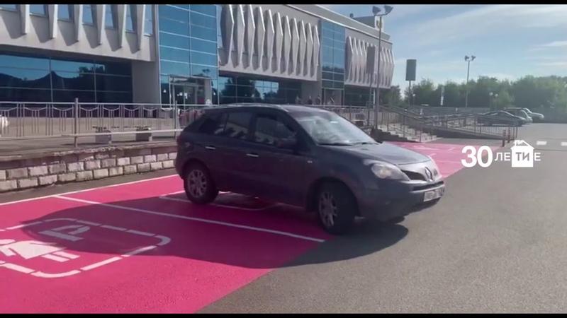 Возле казанского ЦУМа открылась первая в России женская парковка