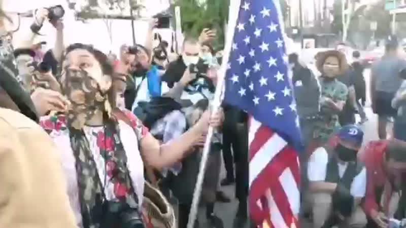 Американцы сжигают флаг
