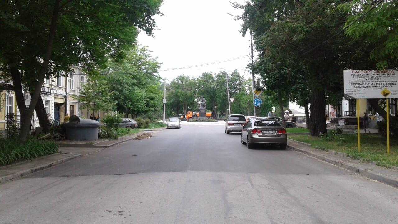 В Таганроге продолжаются работы по капремонту 4 объектов дорожного хозяйства