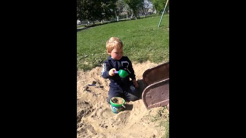 Мішка грається в пісочку біля садочку