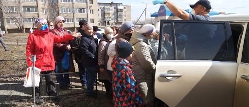 В Оренбурге мужик выкупил масок на 44 тысячи рублей и раздал их местным жителям, которые ходили без средства защиты Молодец. Властям поучиться бы у него