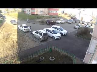 В Казани парень в маске подкараулил бабулю, повалил на землю, вырвал сумку-тележку и убежал