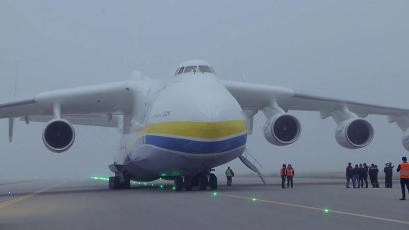 Dünyanın ən iri hava gəmisi Bakıda eniş etmişdir