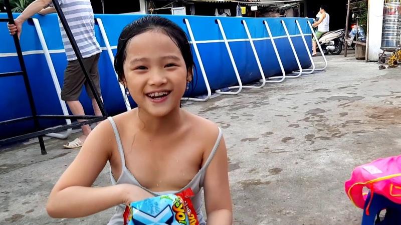 Gia Linh em Cò đi tắm bể bơi ngồi chơi ăn Xúc xích Bim Bim uống nước ngọt Number 1