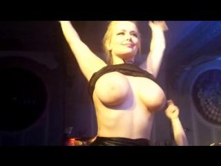 Пьяная русская школьница показала голые большие сиськи в клубе трансляции перископе засветила огромную грудь