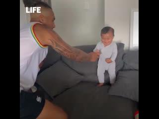Папа учит сына важному танцу