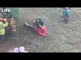 Маленькую девочку жестоко избили в детском саду