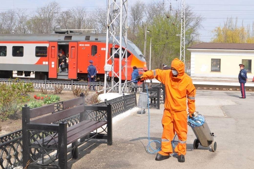 Химики-спасатели МЧС провели дезинфекцию железнодорожного вокзала Таганрога