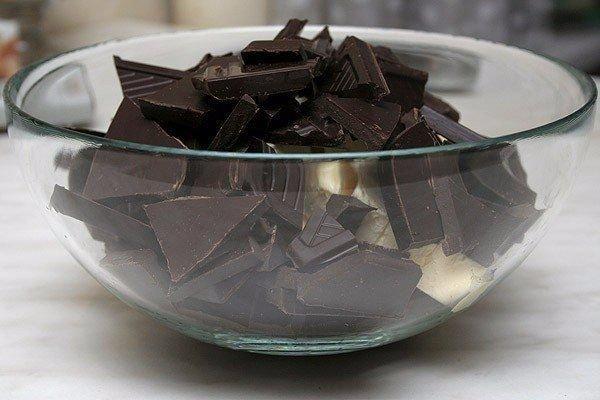 Нереально вкусные шоколадные кексы с жидкой начинкой. Ты должна их приготовить Ингредиенты:Сливочное масло 100 гШоколад черный 70 % какао 200 гЯйца куриные 2 шт.Яичный желток 3 шт.Мука пшеничная