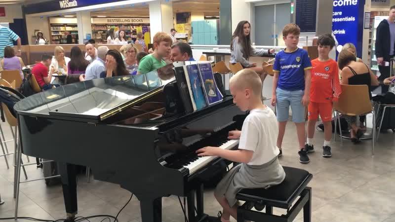 Аэропорт Харрисон мальчик 11 лет играет Белые облака Amazing airport pianist Harrison aged 11 plays Ludovico Einaudi