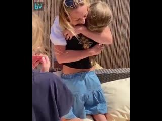 Впервые за два месяца девочки смогли увидеть маму, которая всё это время заботилась о пациентах в больнице.