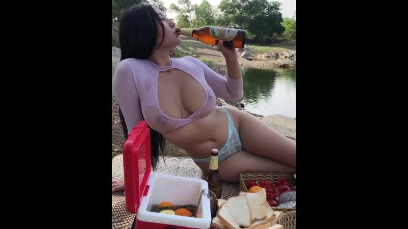 Toll wie sie die Flasche oeffnet