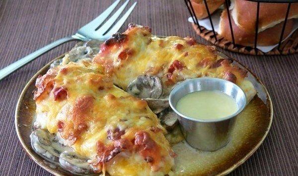 КУРИНАЯ ГРУДКА ПОД ШУБОЙ Отличный рецепт, который обрадует твоих гостей за столом ИНГРЕДИЕНТЫ:Для курицы:1 шт. курица (грудка)230 гр. шампиньоны200 гр. сыр (твердый)4 ломтика беконпо вкусу