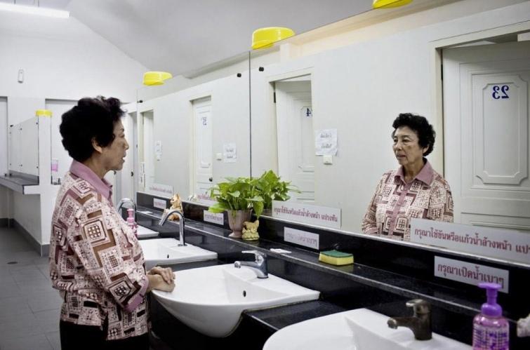 Как выглядят туалеты богачей и бедняков в разных странах мира, изображение №7