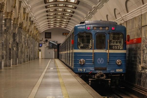 В Петербурге ищут пассажира метро, пристававшего к...