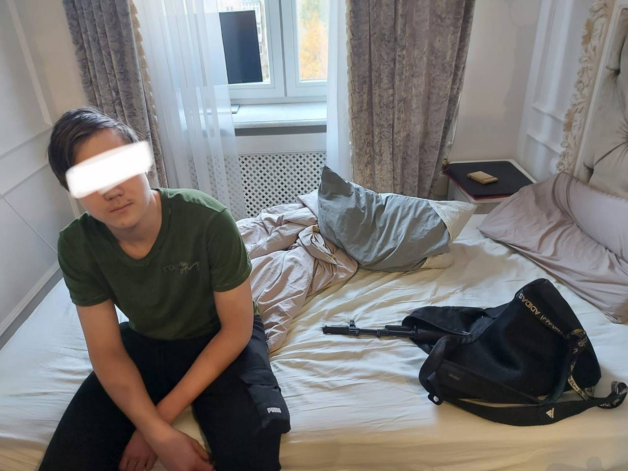 У московской школы №1260 сегодня заметили парня с оружием, который сделал несколько выстрелов.
