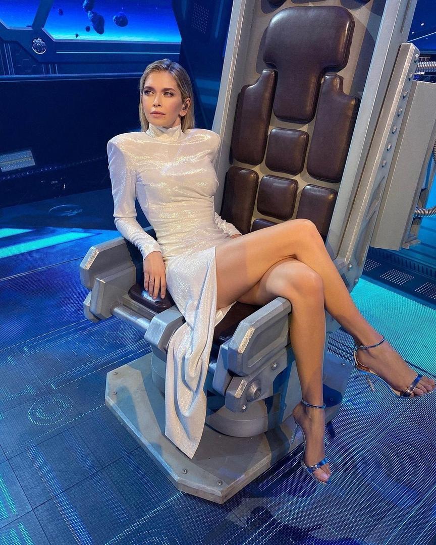 39-летняя Вера Брежнева поддерживает отличные формы!