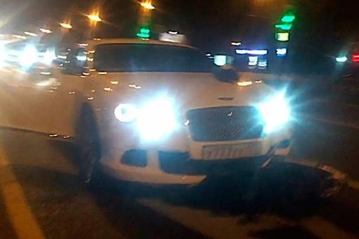 Автомобиль Bentley сбил ребенка на нерегулируемом пешеходном переходе на западе Москвы.