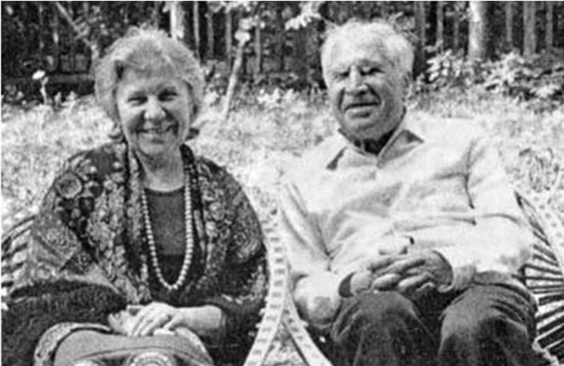 На даче с супругой Александрой. 1970-е годы.