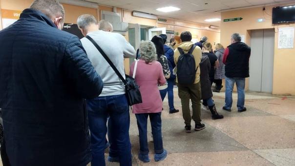 Очереди в Дзержинской поликлинике.Одна очередь в р...