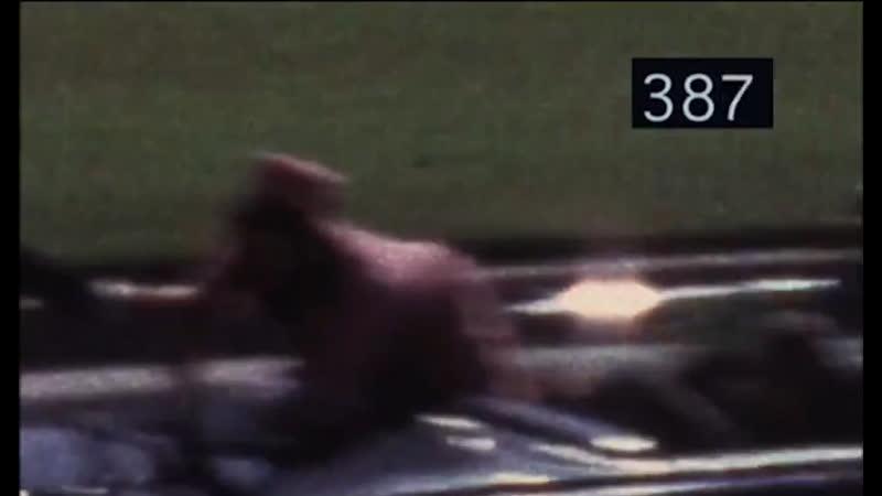 Жена президента США собирает на багажнике авто руками куски черепа и мозги мужа президента после попадания пули в его голову