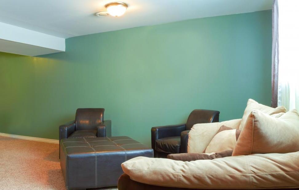Основное использование гостиной следует учитывать при выборе дизайна интерьера.