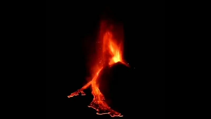 FranceNews24 oo INFO Italie Le volcan sicilien Etna connaeit ce soir une nouvelle eeruption spectaculaire mais sans danger en